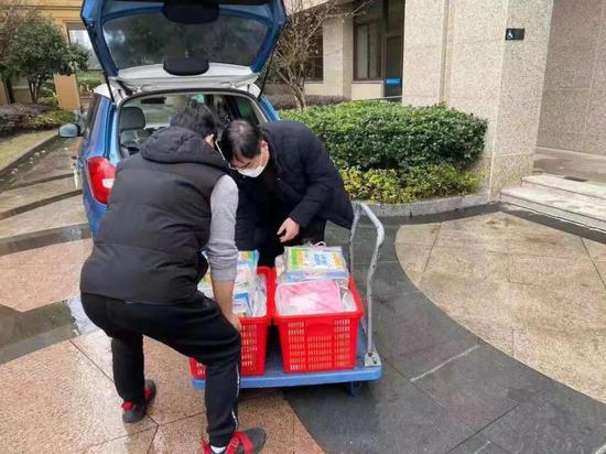 下雨天杭州街头这一幕在朋友圈刷屏 网友纷纷点赞