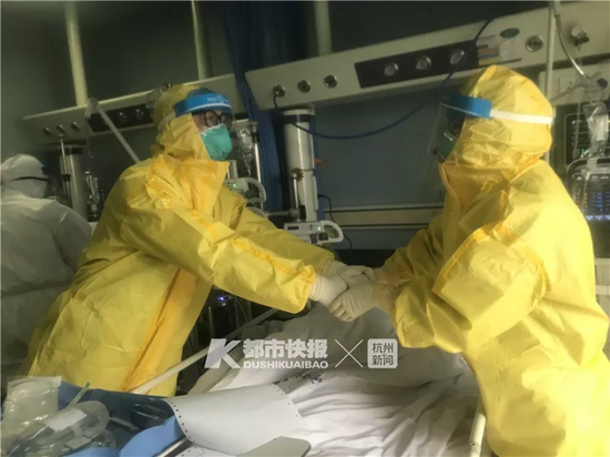 坚持了几天的俯卧位通气,能让危重症患者获益,郑霞(右)和广州的桑岭医生激动地握手
