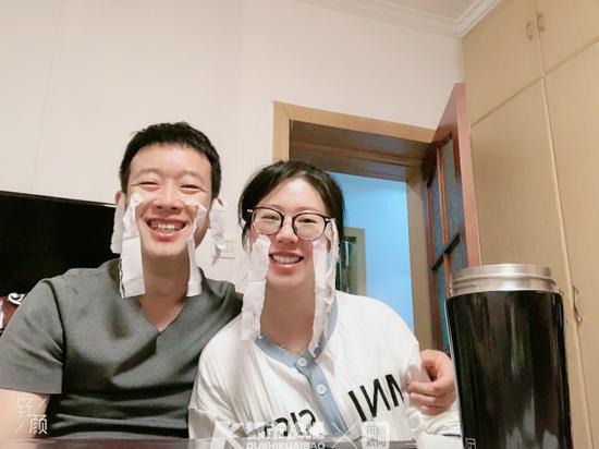 生活中的乔卫齐和刘涧(右)