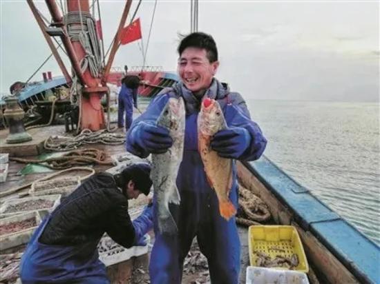 跟着拖虾船出海,拍下了渔民的丰收。摄影 包仁泉