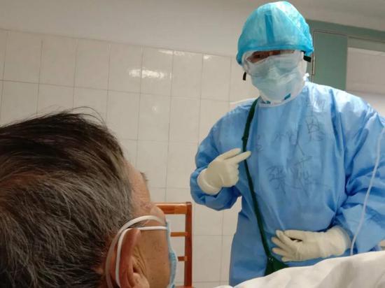 图为:台州援荆门医疗队员张薇正在和患者交流 吴践帆提供