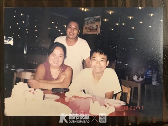 张之光(前右)上初中时,父母为他庆生合影