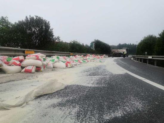 白花花的大米铺满了匝道 陈悦鹏 摄