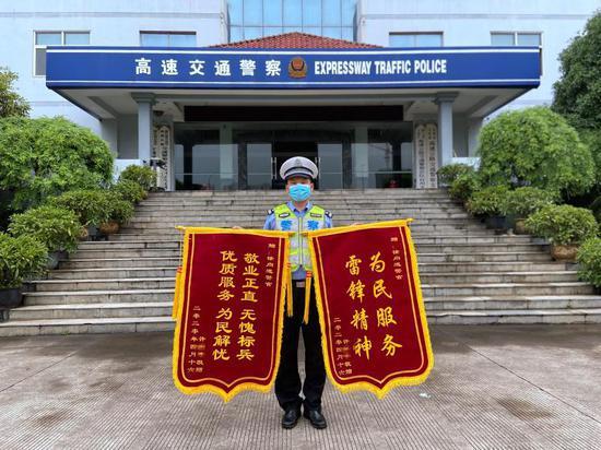 民警收到锦旗 台州高速交警支队三大队供图