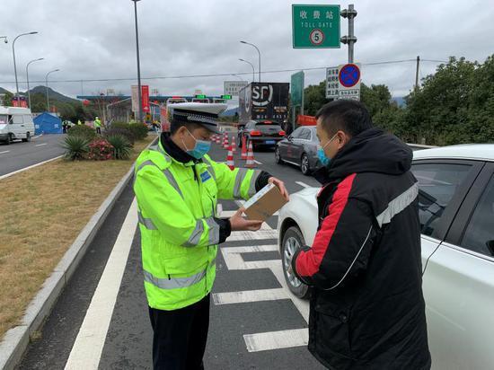 民警取药时的场景 台州高速交警支队三大队供图