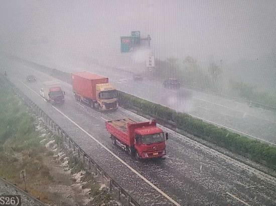 浙江横店遇冰雹狂风恶劣天气 高速交警全力保畅护航