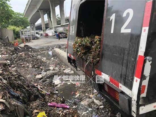 纸巾包装袋烟头口罩 是谁在杭州的高架上乱扔垃圾