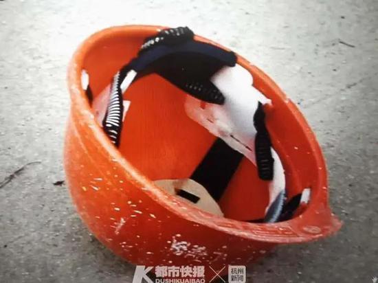 台州男子骑电动车被轿车撞伤 头盔飞出10米远