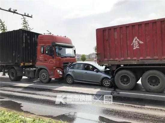 杭州发生四车追尾私家车被夹中间 司机被困头部流血