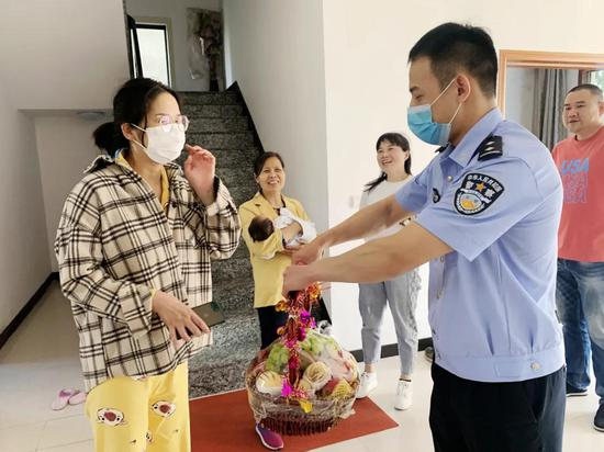 出生仅27天的小宝宝噎奶 宁波民警13分钟送至医院