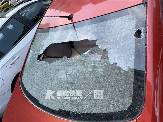 杭州小区里一辆车 玻璃疑似被从天而降的酱油瓶砸碎