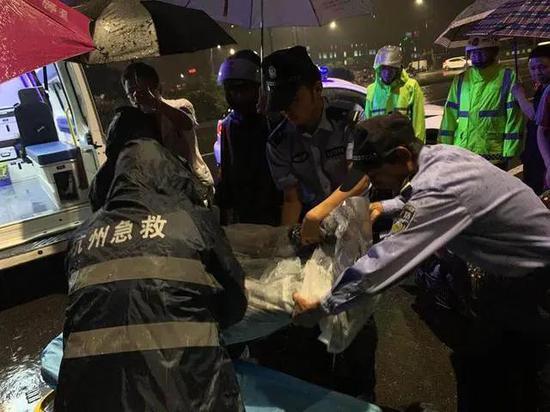 狂风暴雨中大树倒下 杭州一女子下班骑电瓶车经过被压