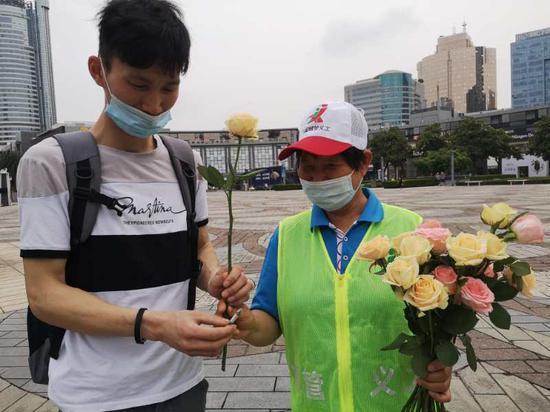 世界无烟日 宁波3万余人走上街头拾捡烟蒂