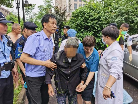 杭州一八旬老奶奶踩着砖头摘桃 惊动了警察(图)