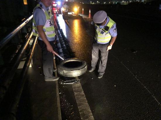 必须重视车辆检查 浙江一男子凌晨在高速开车轮胎飞了