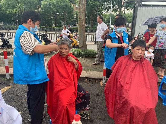 志愿者为老人剪发 越城宣传部提供