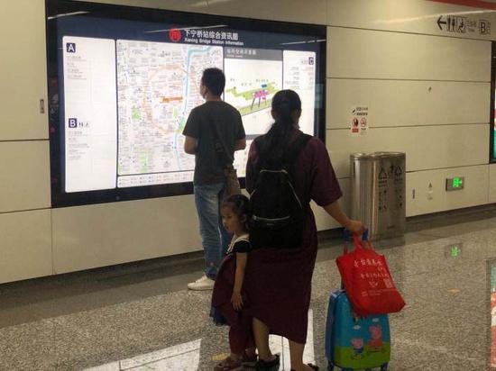 杭州地铁下宁桥站及火车南站开通首日 居民们都来捧场