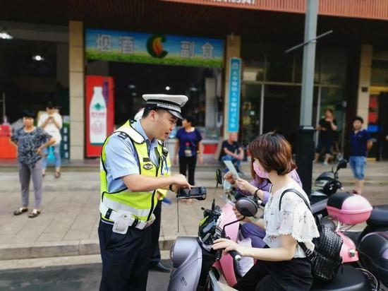 新昌交警开展电动自行车交通违法劝导整治活动