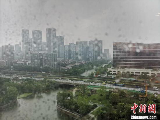 午后杭州迎来短时雷阵雨。 张煜欢 摄
