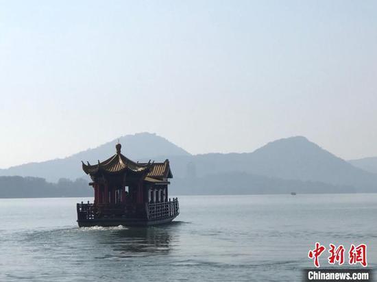 杭州西湖的游船。 江杨烨 摄
