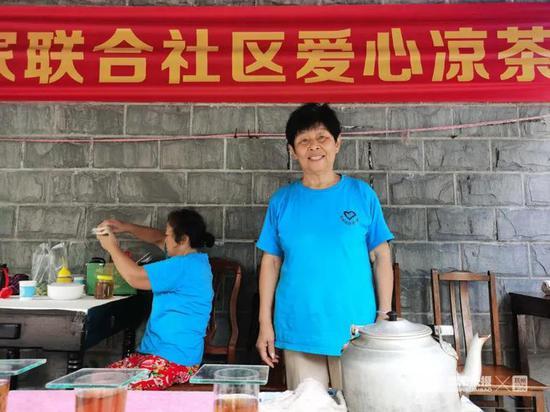 昨天一大早,王惠玲(右)的爱心凉茶摊就出摊了。