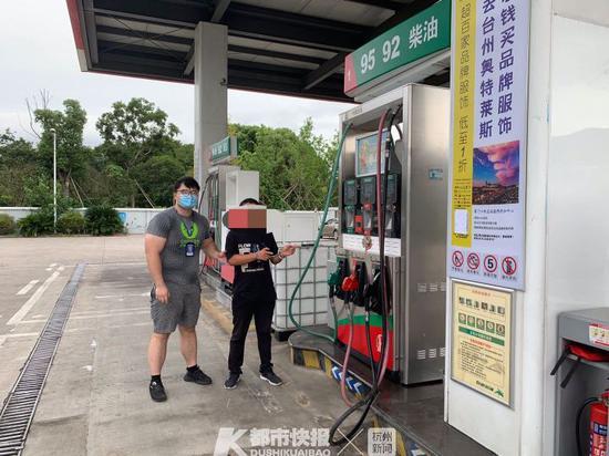 浙江一男子因在加油站做这样一件事情 就被民警带走了