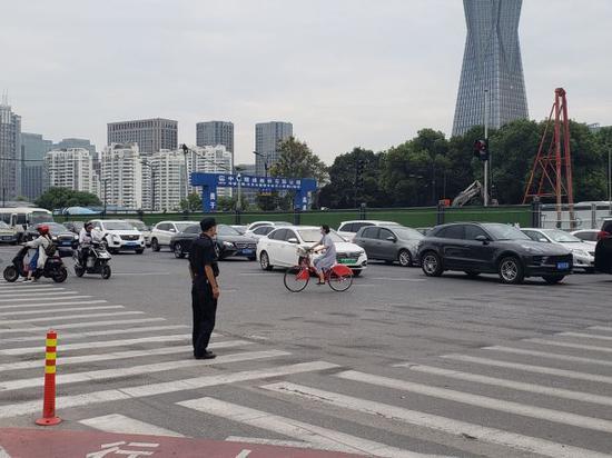 杭州这路口采取右进右出措施 封闭后来到现场一探究竟