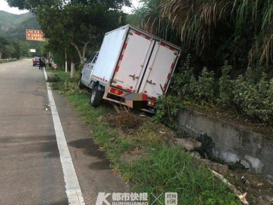 为了拿到新鲜海鲜 台州一男子凌晨回家疲劳驾驶撞树