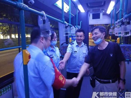 女乘客倒在车厢意识模糊 66路飞速驶进杭州市三医院