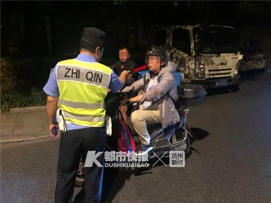 昨晚杭州交警拦下多辆电动车 很多人还不当回事