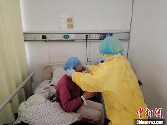 浙江医护人员救治新冠肺炎患者。 张煜欢 摄