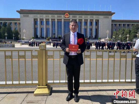虞洪在北京接受表彰前留影。 邵逸夫医院供图