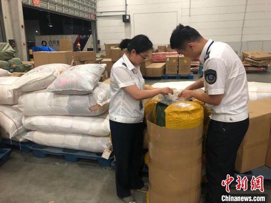 工作人员查获假冒烟丝现场。 杭州市烟草专卖局 供图