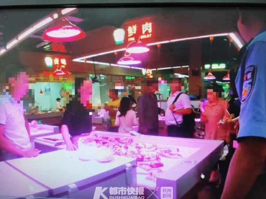 买块猪肉买出事儿了 浙江杭州两个肉摊老板打起架来