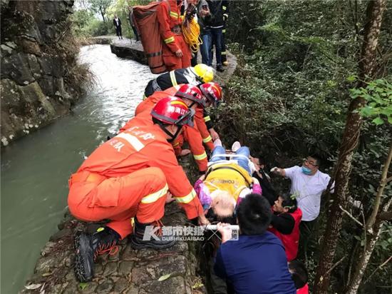 女子进入景区玩不慎滑落山坡 浙江消防徒步3公里救援