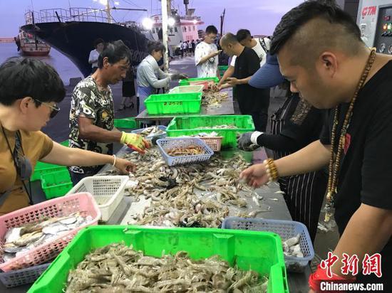 图为游客出海归来后将海鲜分类 受访者供图