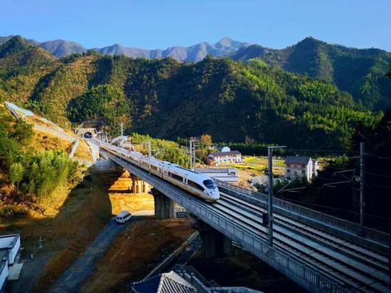一列高铁列车在杭黄高铁线上飞驰。钟浩维摄