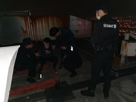 轻生女子被警方救下。钱塘新区警方 供图