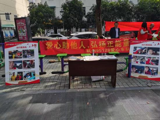 重阳日敬老情 杭州公交司机出租车司机为老人献爱心