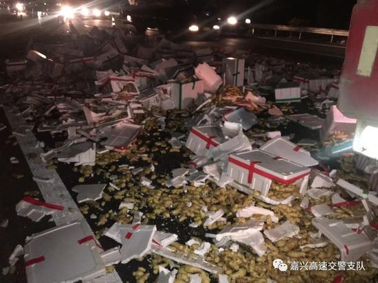 """""""姜太公""""翻车了 6000多斤生姜洒落高速"""