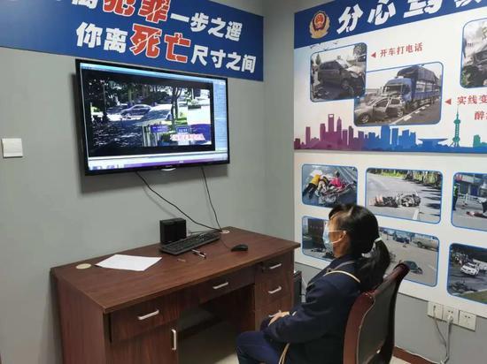 在杭州闯红灯 交警或将通报至个人工作单位(组图)