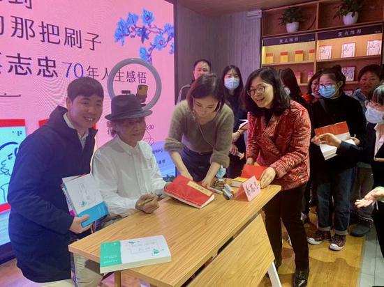 出家后的蔡志忠亮相杭州新书签售会:4岁就定人生目标