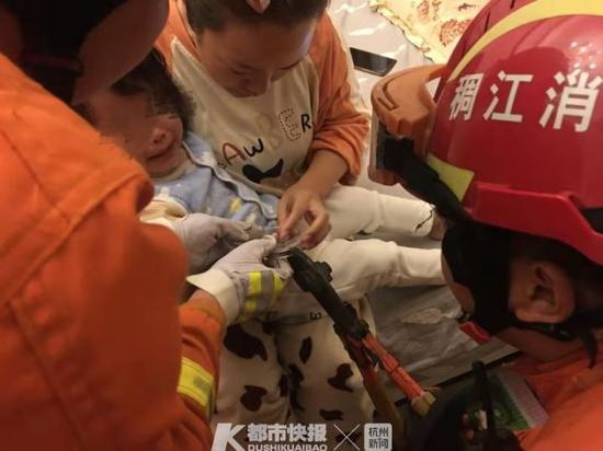 金华两岁女童睡前喝水手卡杯盖 消防员紧急开展救援