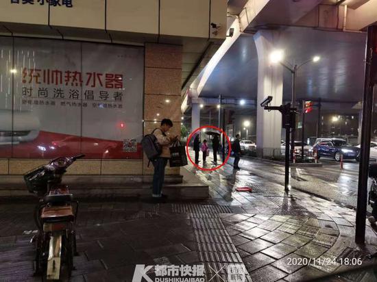 冷雨夜杭州六岁女童路边独自哭泣 幸亏遇见了警察