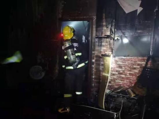 杭州1电瓶车商铺发生火灾现场浓烟滚滚 消防紧急救援
