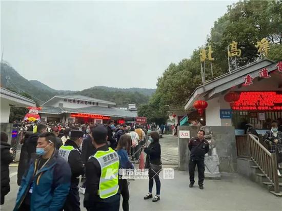年初五 杭州人迎财神从半夜朋友圈开始灵隐路成深红色