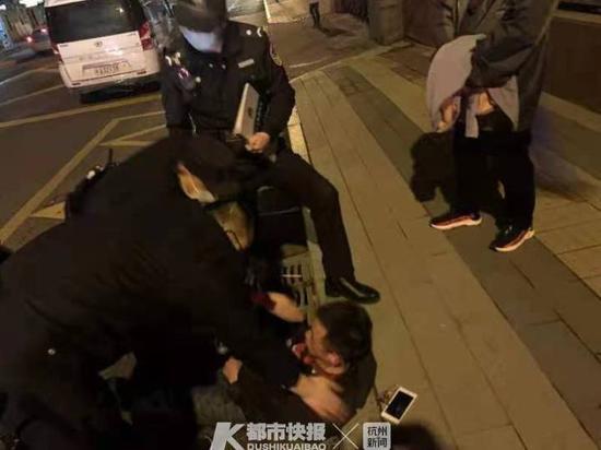 又是喂水又是照顾一晚 杭州文晖的民警比春风还温暖