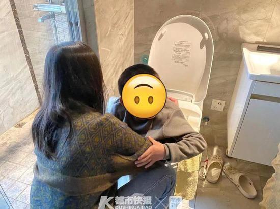杭州一小男孩上厕所被马桶卡住 出动消防员救援