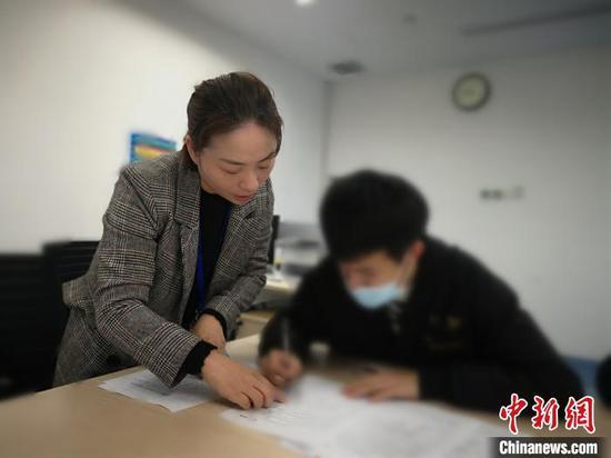 刘师傅家人签署器官捐献同意书。谢美君供图