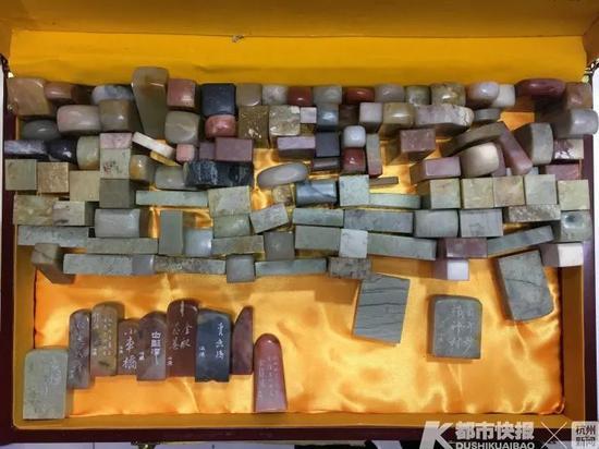 杭州一男子三年篆刻126枚杭州路名章 为建党百年献礼